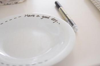 ブログ「Natural weather」でナチュラルインテリアやリメイクについて紹介しているGeminiさん。彼女もまた、「セラムグラス」の愛用者です。まずは、丸皿の縁の部分に文字を描いてシンプルにアレンジ。さらに、一緒に使うためのグラスもアレンジしていきます。