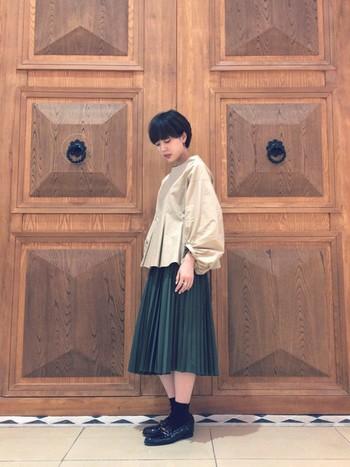 深みのあるグリーンのプリーツスカートは、秋に大活躍間違いなしのアイテムです。