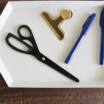 毎日使うものだからこそ、使っていて嬉しくなるようなものを選びたいですね。机に置いているだけでおしゃれなハサミやカッター、ペーパーナイフをぜひ使ってみてください。