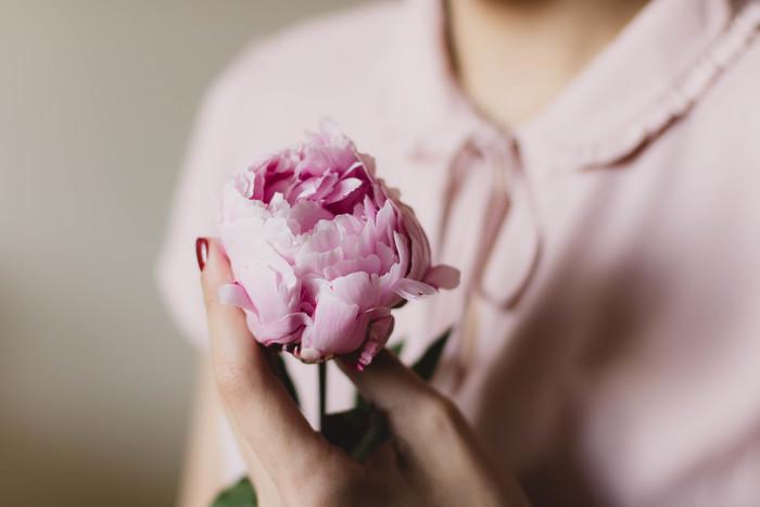 写真の花と肌のちょうど中間をとったようなピンク。お外のお天気が今一つなことが多いから、お家の中でおしゃべりを楽しんで過ごすことも多い北欧。人肌をより感じやすい環境にある家では、インテリアでピンクを取り入れるのはもちろん、空間に添えるお花もお部屋を暖かい雰囲気にしてくれるピンク色などを好んで選びます。人肌のような優しい色味のピンクはグレーとも好相性なんですよ。