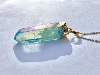 透明感が美しい、水晶モチーフのネックレス。こちらも存在感のある大きめのモチーフなので、シンプルなファッションのアクセントにぴったりですね。(こちらはオーロラ加工を施した本物の水晶です)