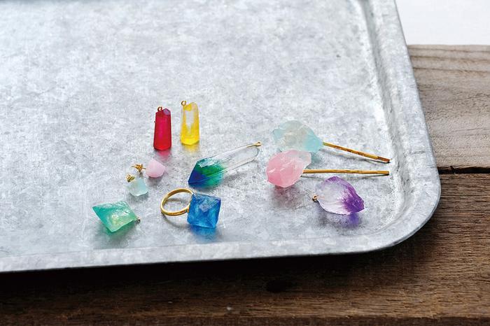 """今回ご紹介するのは、鉱物を型取りしてレジンを流し込んで作る、""""鉱物風""""アクセサリーです。鉱物の神秘的な透明感をリアルに再現することができ、さらに本物の鉱物よりも軽くて使いやすいのが魅力。型やレジンの色を変えて、自分好みの鉱物アクセサリーを作ることができますよ。"""