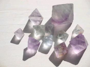 ・お好みの鉱物(型取り用) ・UVレジン ・着色剤(お好みで) ・型取り材(クリアシリコーン、おゆまるなど) ・UVライト ・ピンセット ・アクセサリー金具