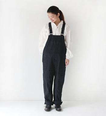 リラックスしたシャツスタイルには、リネン×コットン素材の表情豊かなオーバーオールを。全身をモノトーンで合わせればカジュアル一辺倒ではない、いつもとは違うシックなオーバーオールの着こなしに。