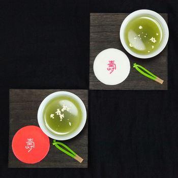 お祝いやおめでたい席にぴったりの紅白の「寿煎餅」と松の葉の形が可愛らしい「松葉」。