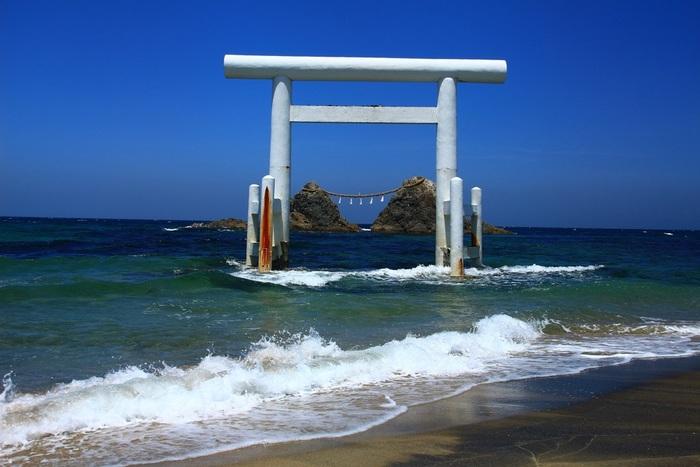 いかがでしたか?牡蠣小屋が有名な糸島ですが、味・雰囲気共にレベルの高い素敵なお店がたくさんあります。見晴らしの良い高台から糸島の美しい自然や夕日を眺めながら、プチリゾート気分を味わってみませんか?