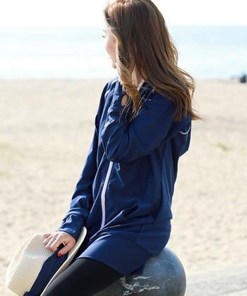 ロング丈のラッシュガードは、お尻までしっかりと隠してくれるので、水着を着ていても安心。体型もカバーしてくれるロング丈は、露出が気になる人の強い味方。