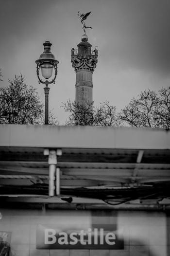 Bastille駅にはメトロの1、5、8号線が乗り入れており、有名なバスチーユ広場があります。