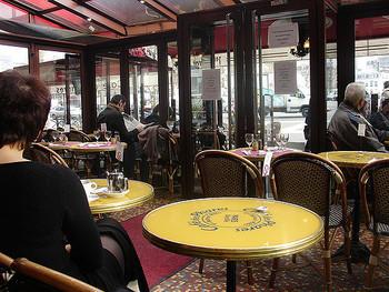 カフェデファールは地下鉄の出口を出てすぐ、バスティーユ広場に面した赤い屋根が目印の建物です。