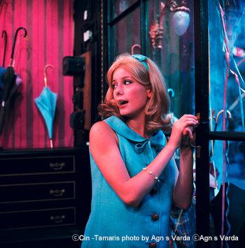 カトリーヌ・ドヌーヴが美しいヒロインを演じた本作。作品の色づかいや切なくリアルな物語は、先に紹介した『ラ・ラ・ランド』に大きな影響を及ぼしています。