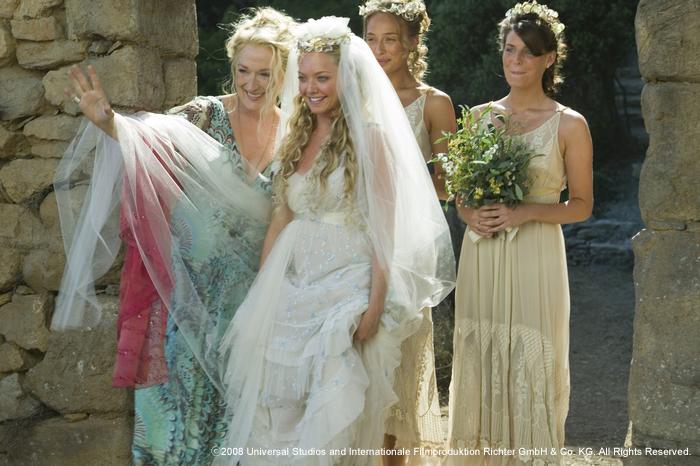 大ヒット・ミュージカルを映画化した『マンマ・ミーア!』。ギリシャの小島を舞台に、若き花嫁ソフィの結婚式前日から当日までの物語が描かれます。