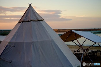 """「ベランピング」の前身としてある「グランピング」は、端的に言えば""""贅沢で快適なキャンプ""""のこと。  施設や場所によっても異なりますが、共通しているのは、キャンプのための準備が必要ないということ。 ほとんどのグランピングでは、キャンプで必要なテーブルや椅子、調理器具などが準備されています。 面倒なテント立てや器具の用意が必要なく手軽に快適にキャンプを楽しめるのがポイント。  夜も快適に過ごせるように、ベッドやソファーが設置されているケースも多いです。"""