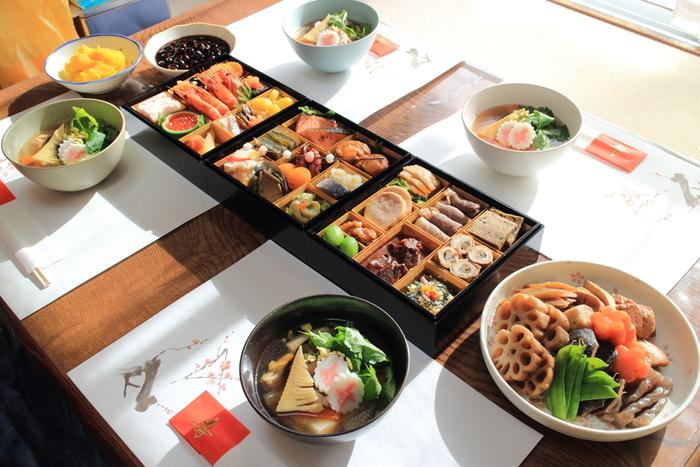 おせちの盛り付けは、基本を知ってコツさえつかめば誰でも簡単!新年を祝う大切な伝統料理だからこそ、美しく盛り付けて、食卓を華やかに彩りたいですね。