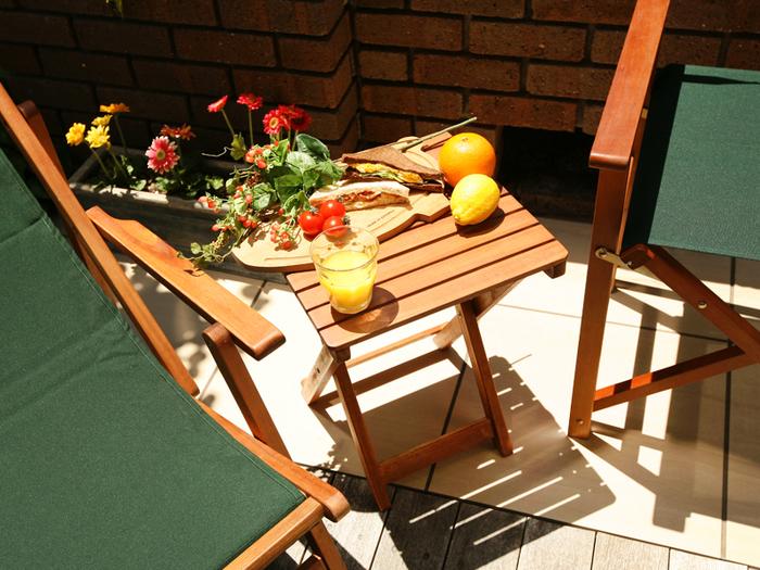サクッと雰囲気だけでも楽しみたいときは、折り畳みのテーブルと椅子が便利。 木製のものを選ぶとよりアウトドアな雰囲気が楽しめます。