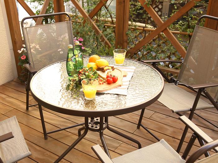 グランピングさながらの豪華なアウトドアを楽しみたいなら、ガラス製のテーブルを設置してみるのはいかがでしょう? ドリンクや食べ物もぐっと映えますよ!