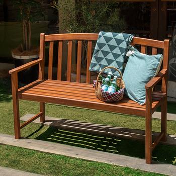 グランピングではソファが設置されていることもありますが、雨風が気になってなかなか置けないですよね。 そんなときは木製の複数人掛けのベンチにクッションを並べるだけでも雰囲気が楽しめるのでおすすめ♪
