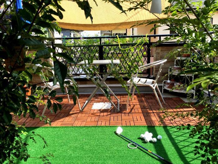 地面に人工芝を敷いて、グリーンを増やすのも手軽でおすすめです!