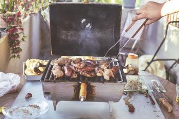 ベランピングのために用意したいのが、グランピングでも使うキャンプ独自の調理器具。 コンパクトな調理器具は、小さなテーブルでの調理にも向いています。 小さめのBBQグリルやガスバーナー、キャンプケトルはぜひ用意したいところ。