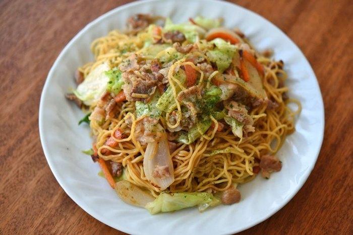 給食メニューの鉄板、焼きそば。野菜もたっぷり食べられる大人気レシピ。やきそばの日は学校に行くのが楽しみだったな。