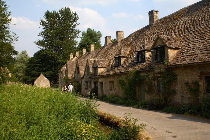 コッツウォルズ屈指の人気を誇る村、バイブリーは、19世紀に活躍した詩人、ウィリアム・モリスが「イギリスで最も美しい村」と称した村です。