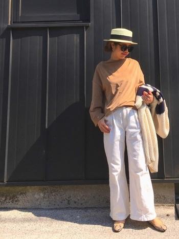 """夏の爽やかさを残しつつ、秋らしいテイストを加えるのにおすすめなのが""""アースカラー×ホワイト""""の組み合わせ。テラコッタカラーのTシャツと白のパンツが大人シックなコーデです。"""