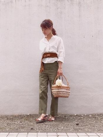 爽やかな白シャツとカーキパンツを合わせた大人フェミニンなパンツスタイル。ブラウンのサッシュベルトがアクセントになって全体を引き締めています。