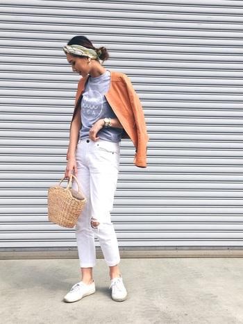 グレーのTシャツとホワイトジーンズに、テラコッタカラーのジャケットを羽織ってさりげなく秋の気配を漂わせた、爽やかなスタイルです。