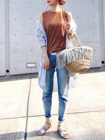 爽やかなストライプ柄のロングシャツとデニムのコーディネートは、インナーにテラコッタカラーのノースリーブを合わせることでシックな印象になりますね。