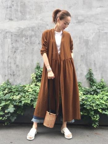 シンプルなTシャツ×デニムコーデも、テラコッタカラーのワンピースをガウン風に羽織れば秋らしい雰囲気に。ロングアウターは、スタイルアップ効果も期待できます。