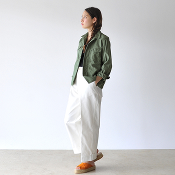 シンプルなモノトーンのパンツスタイルに、カーキのミリタリージャケットを羽織って、ちょっぴり秋を意識して。