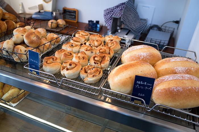 東京(三鷹)で10年ほどパン屋をしていた「SANA」が、2014年に糸島へお引越し。糸島産の小麦100%使用した天然酵母のパンは、卵やマーガリンを使っていないのも嬉しいポイント。100円台のパンが多く、リーズナブルなのもファンが多い理由の一つ。美味しそうなパンはついつい買いすぎちゃいそう。
