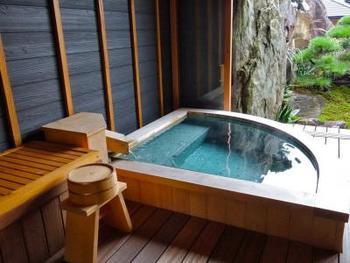 露天風呂付きのお部屋もあるので、ゆっくりと旅の疲れをいやすことができる旅館、「神仙」。神話史跡「鬼八塚」の周辺を整備して作られた庭園「鬼八の森」も見所のひとつです。