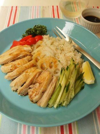 シンガポールチキンライスも鶏肉ごと炊飯器で炊けば、ご飯に染みこんだ鶏肉の旨味と、甘酸っぱいタレをかけたぷりぷりの鶏肉が食欲をそそる一品に。