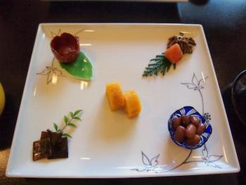 洗練された京風懐石料理も楽しめる上質な宿でリラックスしたひと時を。高千穂の中でも最高グレードのお宿のおもてなしを体験できます。2017年7月にはカフェもオープン。高千穂牛のカレーや九州パンケーキなど、その地ならではのメニューも充実しています。
