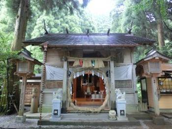 このような言い伝えから、縁結びや芸能にご利益があるとされ、こじんまりとした神社ながらも県内外から多くの人々が訪れています。