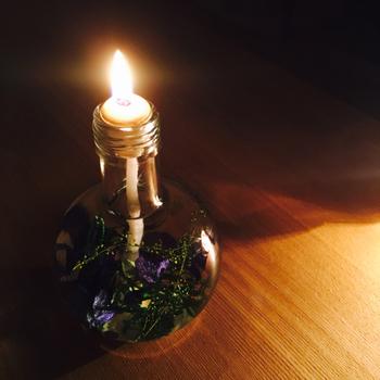 薄闇の中に揺れる暖かな炎とフローラルハーブの香りが、一日の疲れをゆったり癒してくれそうです。昼はインテリアとして、夜には静かにくつろぐ時間のお供として身近に置きたいハーバリウムですね。