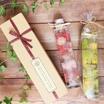 ハーバリウムは見た目にも華やかなうえ、花粉や花びらが散る心配もなく飾れるインテリアなので、ちょっとしたプレゼントにもおすすめ。さまざまなお祝いごとやご挨拶などに添えても喜ばれます。ラベルに文字入れをしてオーダーメイドの贈り物を♪