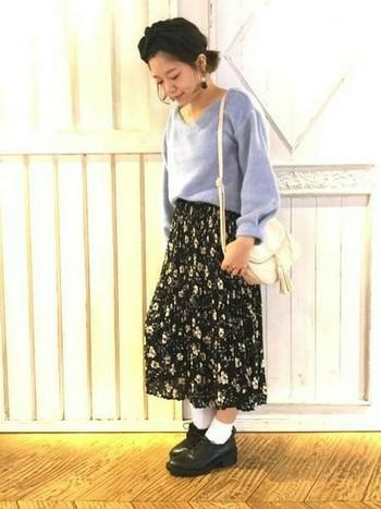 【定番アイテム×ロングボトムス】 ロングスカート、ニットなど定番アイテムを取り入れた品のある清楚なコーディネート。正統派すぎる場合は、ソックス×おじ靴のはずしが効果的です◎