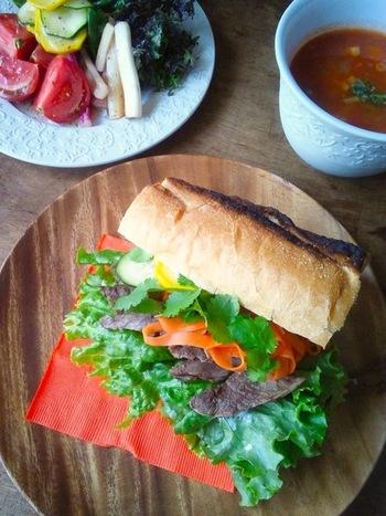"""ベトナムの国民食とも言えるサンドイッチが「バインミー」です。ポイントは日本ではおせち料理に必ず入っている""""なます""""。さらにパクチーなどの香草、ナンプラーをプラスすれば一気にベトナムの香りに♪"""