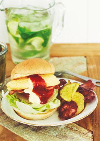 """お弁当の定番おかずでもある""""オムレツ""""を豪快なバーガーサンドに♪野菜もたっぷり挟んで栄養もばっちり!オムレツにひき肉やツナなどを混ぜておくのもいいですね。"""