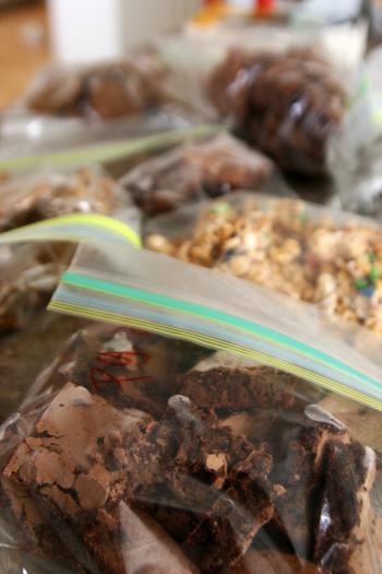 粉から液体まできっちり密封でき、「漬ける」「混ぜる」「潰す・砕く」「こねる・揉む」などが袋ひとつでできるから、たいていの下ごしらえに対応できちゃうんです。味付けや食感を自由にアレンジして、あとは焼くだけ、食べるだけ。まな板やシンクを思うように使えないアウトドア料理の強い味方です。