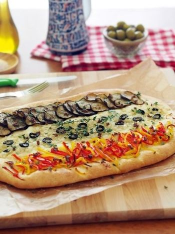 「とにかくカジュアルに作るのがポイント」というスペイン風のピザ「コカ」。計量しながらポリ袋に材料を入れ、あとは、まぜまぜ、フリフリ。失敗知らず、初心者さんにもオススメのレシピです。