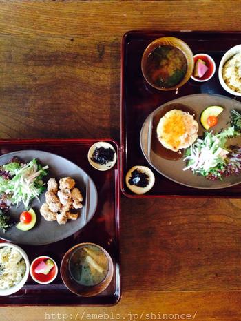 お盆にちょこちょこと品数豊富に並べられたお料理の数々は自宅でも是非真似したいスタイル。心と体にやさしいお食事を提供してくれています。