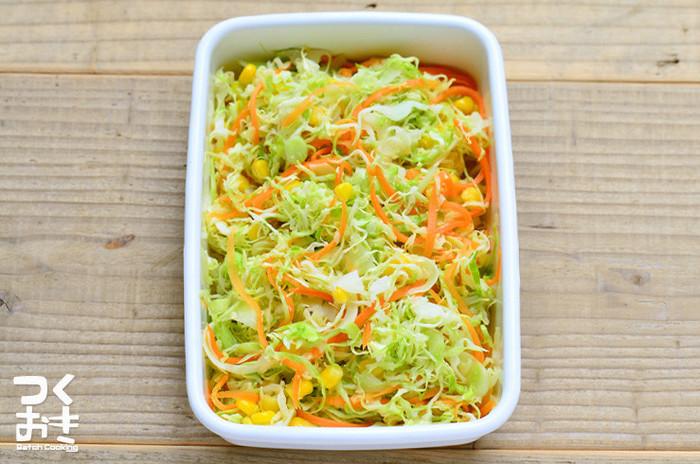 ドレッシングがいらないサラダなら、食器も汚れず、BBQなどの付け合せにもりもり食べられそう。ボウルの代わりに袋で作ればOK。アウトドア用にサッと作るなら、コンビニなどで手に入るカットサラダを使うのも手軽でいいですね。
