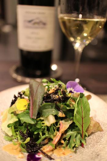 御成り商店街から小路に入った2階にある、日本のワインと野菜を楽しむレストラン、その名も「Vegetus」。