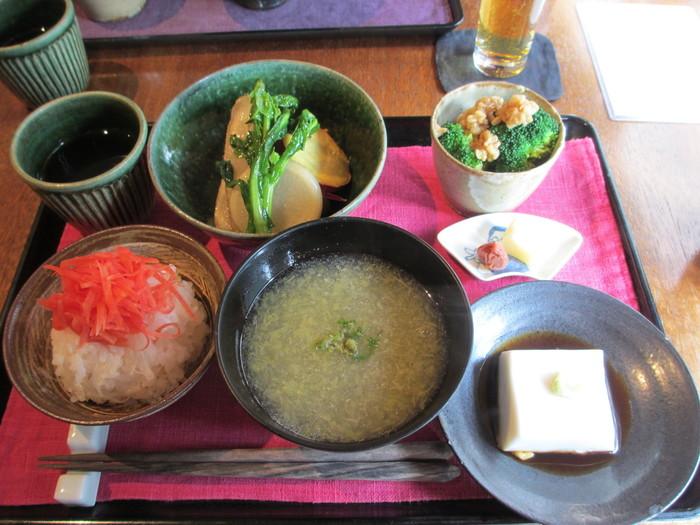 鎌倉野菜を中心とした和食が頂けるお店です。とても人気があるので予約必須ですよ。鎌倉駅に着いて、鎌倉観光前に体にやさしい和食をいただきたい方におすすめの人気店です。