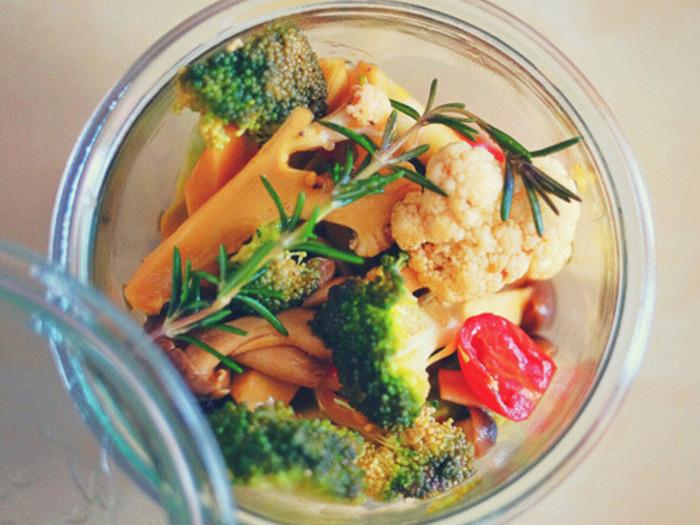 アウトドアで、野菜の皮を剥いたり切ったり…は面倒だし、ゴミも出てしまいますよね。自宅で下ごしらえして調味料につけてしまえば、現地では食べるだけ。しかも移動中にちょうどよく味がしみて、まるで茹で野菜のような食べやすさに。