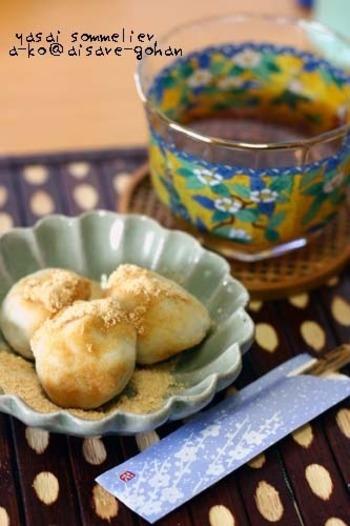 こちらは白玉粉を使わず、秋が旬の野菜・サトイモと豆腐を使った月見団子です。黒蜜をかけて美味しくいただきましょう。
