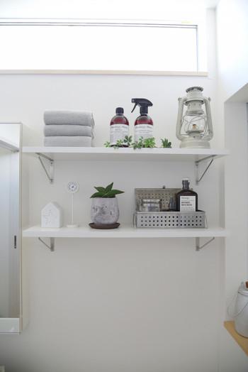 小物やタオルをグレー系にまとめることでも統一感が生まれます。グリーンを少しだけプラスすると空間に癒しを演出することができます。