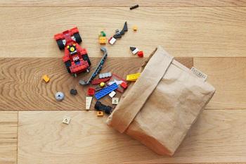 小物の収納にも役立ち、バッグ自体畳んでしまえるので、使用しないときもコンパクトに収納できます。
